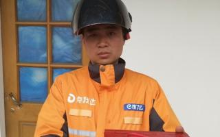【企业新闻】青年雨夜意外落水 跑腿小哥智勇救人
